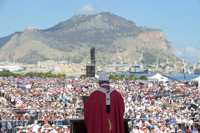 Pope Francis celebrates a holy mass in Palermo, Italy, September 15, 2018. Vatican Media/Handout via REUTERS. THIS IMAGE HAS BEEN SUPPLIED BY A THIRD PARTY.