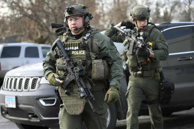 Armed+officers+in+Aurora