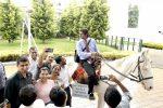 ജോലിയിലെ അവസാന ദിവസം കുതിരപ്പുറത്തേറി യുവാവ്