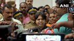 കൊച്ചി വിമാനത്താവളത്തില് പ്രതിഷേധക്കാര്ക്ക് മുമ്പില് മുട്ടുമടക്കി മുംബൈയിലേക്ക് തിരിച്ചുപോയ തൃപ്തി ദേശായിക്കെതിരെ മുംബൈ വിമാനത്താവളത്തിലും പ്രതിഷേധം