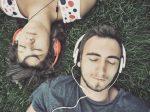 क्या म्यूजिक सुनते हुए सो जाना सेफ है? यहां जानें