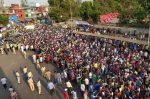 മെയ് 3 വരെ ലോക്ക്ഡൗണ് നീട്ടി, മുംബൈയില് തൊഴിലാളികള് തെരുവിലിറങ്ങി